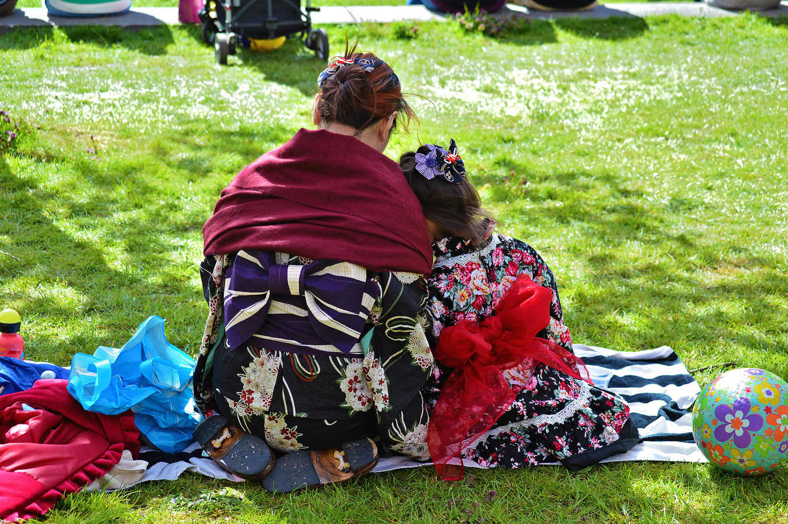 Mother and daughter share a picnic at the Kersenbloesempark.