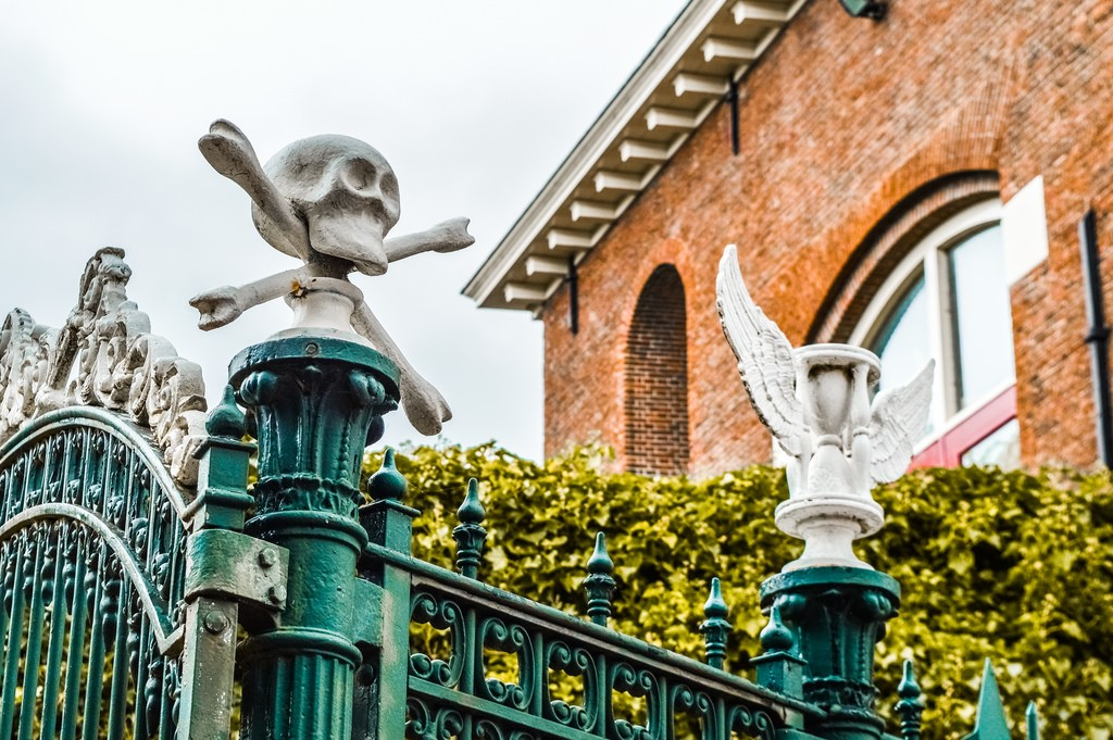 A decorative skull on a cemetery gate in Leiden.